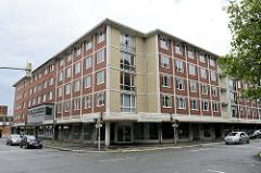 Wohnhaus im Baustil der 1960er Jahre mit umlaufender Ladenzeile im Erdgeschoss - Architekturbilder aus Wilhelmshaven.