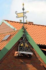Giebel eines Gebäudes am Markt in Soltau, Wetterfahne mit der Jahreszahl 1921; das Haus wurde 1978 gebaut.