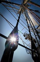 Takelage eines Traditionsegelschiffs im Hamburger Hafen - Gegenlichtaufnahme.