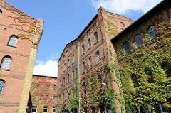 Fabrikgebäude der Soltauer Filzfabrik Gebr. Röders AG - denkmalgeschütztes Backsteingebäude, errichtet 1877. Teile der Fassade der historischen Industriearchitektur sind mit wildem Wein bewachsen.
