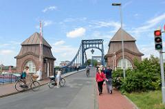 Brückenhäuser links und rechts an der Kaiser Wilhelm Brücke iin Wilhelmshaven. Die Brücke hat eine Spannweite von 159 m und wurde 1907 fertig gestellt - es war die  größte Drehbrücke Deutschlands; Entwurf Oberbaurat Ernst Troschel.