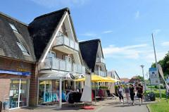 Moderner Neubau / Ladenzeile mit Reet gedeckte Hausgiebel im Nordseebad Burhave.