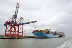 Das Containerschiff Mette Maersk liegt unter den Containerbrücken am JadeWeserport (JWP) in Wilhelmshaven; das Container-Terminal wurde als Tiefwasserhafen an der Innenjade gebaut und 2012 in Betrieb genommen.