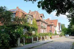 Einzelhäuser / Villen der Gründerzeit in der Ernst August Straße und Soltau; altes Kopfsteinpflaster.