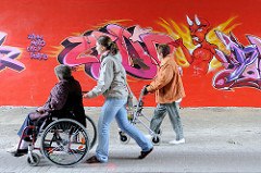 Graffiti mit Teufel - zeigt auf Passanten in der Fussgängerunterführung unter Wilhelmburger Reichsstraße im Hamburger Stadtteil Wilhelmsburg.