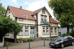 Wohnhaus / Einzelhaus in der Feldstraße von Soltau; Architektur der Gründerzeit mit aufwändig geschnitzter  Eingangstür.