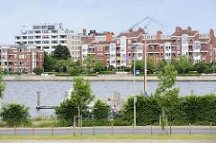 Moderne Neubauten am Bontekai / Ems Jade Kanal in Wilhelmshaven.