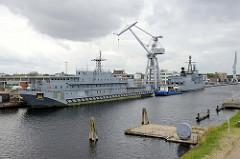 Versorgungsschiff / Wohnschiff Y 891 - Altmark  im Hafen von Wilhelmshaven; das Schiff der Ohre-Klasse wurde um 1960 in der DDR gebaut von der deutschen Marine übernommen. Das Wohnschiff steht seit 2016 zum Verkauf.