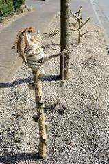 Umstrittene Holzfiguren,  die als Insektenhotels am Straßenrand von Tangstedt dienen sollen.