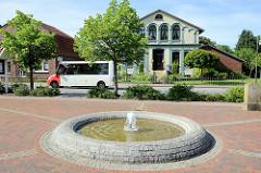 Brunnen am Kirchplatz im Nordseebad Burhave.