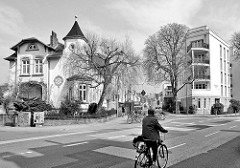 Historische und moderne Architektur in Hamburg-Stellingen / alt + neu; Blick vom Steenwisch zu einer alten Villa der Gründerzeit und einem Neubaublock mit Eck-Balkons.