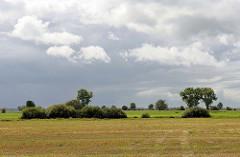 Felder, Wiesen und Knicks - dunkle Wolken  über dem Teufelsmoor bei Worpswede.