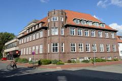 Verwaltungsgebäude der Kreissparkasse  Soltau mit Eckturm, der vormals das Eingangsportal darstellte.