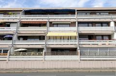 Betonarchitektur in Wilhelmshaven,  Wohnhaus in der Anmutung eines Bunkers mit Balkons und Markisen.