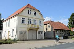 Wohnhaus / Gewerbegebäude mit großen Toren / Einfahrten  an der Hamburger Straße von Soltau.