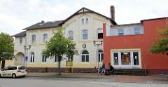 Empfangsgebäude vom Bahnhof Soltau, links Architektur von ca. 1873 rechts ein moderner Anbau.