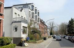 Wohnhäuser in unterschiedlichen Baustil, Straße Steenwisch in Hamburg Stellingen; im Hintergrund  die Hochhäuser der Lenzsiedlung.