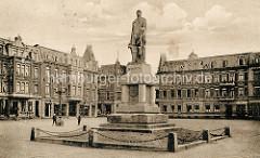 Altes Bild vom ursprünglichen Denkmal Bismarcks auf dem Bismarck Platz in Wilhelmshaven; Gründerzeitgebäude umsäumen den Platz.