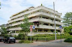 Betonarchitektur in Wilhelmshaven,  Wohnhaus in der Anmutung eines Bunkers mit umlaufenden Balkons.
