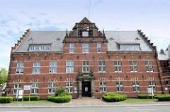 Robert Koch Haus in Wilhelmshaven; es wurde im Neu-Renaissancestil für die Polizeiverwaltung im königlich-preußischen Wilhelmshaven erbaut. Es war früherer Sitz des Landrats, von 1950 bis 1998 war hier das Gesundheitsamt untergebracht.