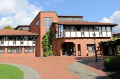 Moderne Verwaltungsarchitektur mit roten Ziegeln und Fachwerk Imitat - das neue Rathaus von Soltau an der Poststraße.