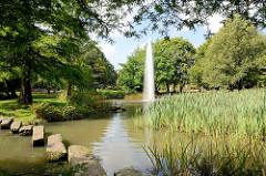 Stadtpark / Böhmepark Soltau, Teichanlage mit Schilf und Wasserfontäne.