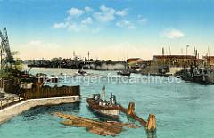 Altes kolorierte Bild  vom Torpedoschiff-Hafen in Wilhelmshaven; ein Arbeitsschiff liegt vor der Mole, Baumstämme als Baumaterial schwimmen im Wasser.