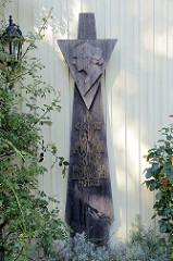 Handgeschnitzte Holztafel mit dem Porträt von Paula Modersohn-Becker in Worpswede.