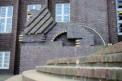 Löwenplastiken aus Backsteinen gemauert amTreppenaufgang des Haupteingangs vom Wilhelmshavener Rathaus; die Plastiken entwarf Fritz Höger und bezahlte diese persönlich.