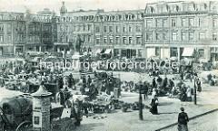 Historische Ansicht vom Marktgeschehen am Bismarckplatz in Wilhelmshaven; Marktstände sind aufgebaut, Weidenkörbe und Karren stehen auf dem Platz; in der Mitte das alte Bismarckdenkmal.