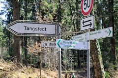 Schilder für Fahrradfahrer für unterschiedliche  Fahrradrouten am Tangstedter Forst; Hinweisschild Tangstedt / Dorfstraße.