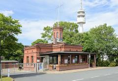 Ehemalige Signalstation in Wilhelmshaven an der 1. Einfahrt zum Hafen; das Denkmal geschützte Gebäude wurde 1886 gebaut - dahinter der neue Radarturm.
