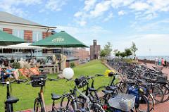 Fahrradparkplatz an der Strandpromenade vom Südstrand in Wilhelmshaven.