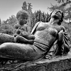 Skulptur Mutter und Kind auf dem Grabdenkmal von Paula Modersohn-Becker in Worpswede; angefertigt 1907 vom Bildhauer  Bernhard Hoetger.