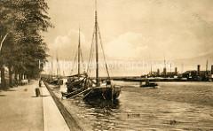 Historische Aufnahme vom Ems ihr eine Kanal in Wilhelmshaven, Kutter liegen am Kanalufer - über Holzplanken können die Schiffer an Land gehen. Der 72,3 km lange Ems-Jade-Kanal wurde von 1880 bis 1888 gebaut.