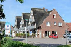 Moderner Neubau / Ladenzeile mit Reet gedeckte Hausgiebel im Nordseebad Burhave