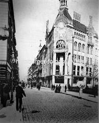 Historische Ansicht von der Altenwallbrücke und den Straßen Alter Wall / Mönkedamm in der Hamburger Altstadt (ca. 1910). Rechts das Geländer vom Mönkedammfleet.