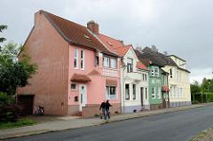 Wohnhäuser mit unterschiedlich farbiger Fassade - Architektur in Wilhelmshaven.