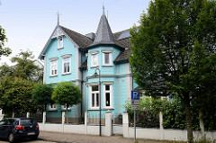 Wohnhaus mit geschnitztem Giebel sowie Erkerturm in der Feldstraße; denkmalgeschützte Architektur in Soltau.