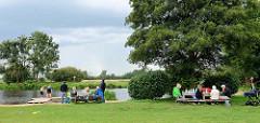 Ufer der Hamme bei Worpswede, Tische laden zur Rast / Picknick ein - Steg zum Baden im Fluss