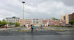 Busstationen / Bushaltestellen am Bismarckplatz in Wilhelmshaven. Links das neue Bismarck Denkmal - im Hintergrund Wohnblocks im Baustil der 1960er Jahre.