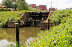 Altes Schleusentor aus Holz an der Schleuse beim Schmidtkanal in Hamburg Wilhelmsburg.  Die Schleuse trennt den äusseren Schmidtkanal vom Inneren Schmidtkanal. Der Kanal wurde 1895 von den Gebrüdern Schmidt gebaut; der Innere Schmidtkanal wurde i
