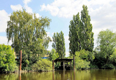 Alter Anleger - Verladeplattform aus Metall am Ufer des Schmidtkanals in Hamburg Wilhelmsburg.
