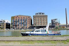 Umgenutzte alte Speichergebäude im Hafen von Münster  - im Vordergrund das Boot WSP 36 der Wasserschutzpolizei Münster.
