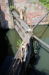 Altes Holzstemmtor der Schleuse beim Schmidtkanal in Hamburg Wilhelmsburg.  Die Schleuse trennt den äusseren Schmidtkanal vom Inneren Schmidtkanal. Der Kanal wurde 1895 von den Gebrüdern Schmidt gebaut; der Innere Schmidtkanal wurde in den 1980er