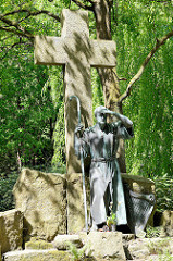Bronzeskulptur, Wanderer hält Ausschau in die Ferne - Grabmal Ohlsdorfer Friedhof.
