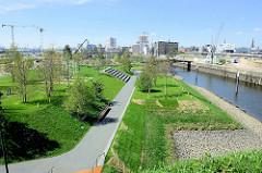 Blick über den 1,6 Hektar großen Baakenpark am Baakenhafen in der Hamburger Hafencity. Die künstlich im Hafenbecken aufgeschüttete Halbinsel wurde 5/ 2018 fertig gestellt.