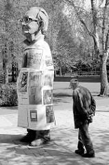 Skulptur Paul Wulf / Silke Wagner - Münsters Geschichte von unten - Servatiplatz; Paul Wulf (* 2. Mai 1921 in Essen-Altenessen; † 3. Juli 1999 in Münster) war ein Opfer des NS-Regimes, der seinen Fall gerichtlich aufarbeitete.