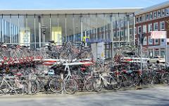 Radstation mit geparkten Fahrrädern in Münster - Radparkplätze am Hauptbahnhof / Berliner Platz. Größte Fahrradstation Deutschlands - eröffnet 1999, ca. 3300 Plätze sowie Fahrradreparaturwerkstatt, Fahrradwaschanlage, Fahrradverleih und Schließfä