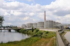 Blick auf den Schluisgrovehafen / Tankhafen bei der Rethe in Hamburg Wilhelmsburg; Tankanlagen / Oltanks am Ufer.